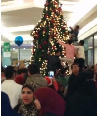 Video o migrantima koji uništavaju božićno drvce je lažan